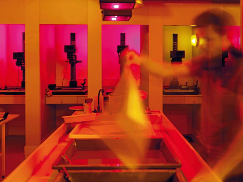 Dans le laboratoire, un étudiant développe ses photographies. - © Photo EnsAD/Philippe Chancel
